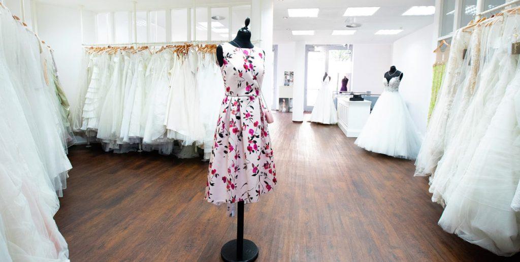 simples elegantes kleid mit floralen mustern bei tausendunddeinkleid 1250x630 1